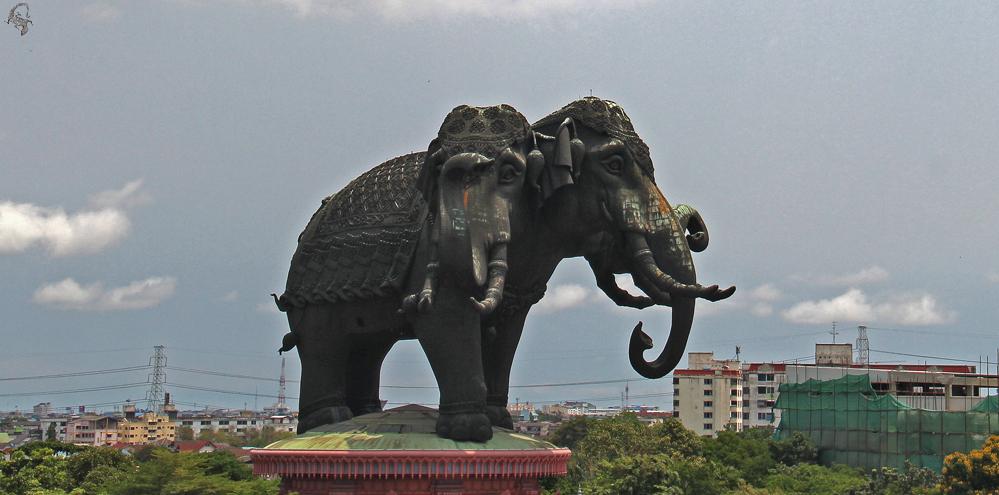 статуя трехголового слона