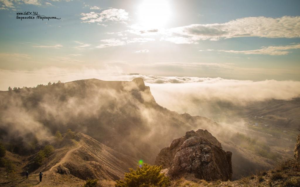 Туман и солнце в горах