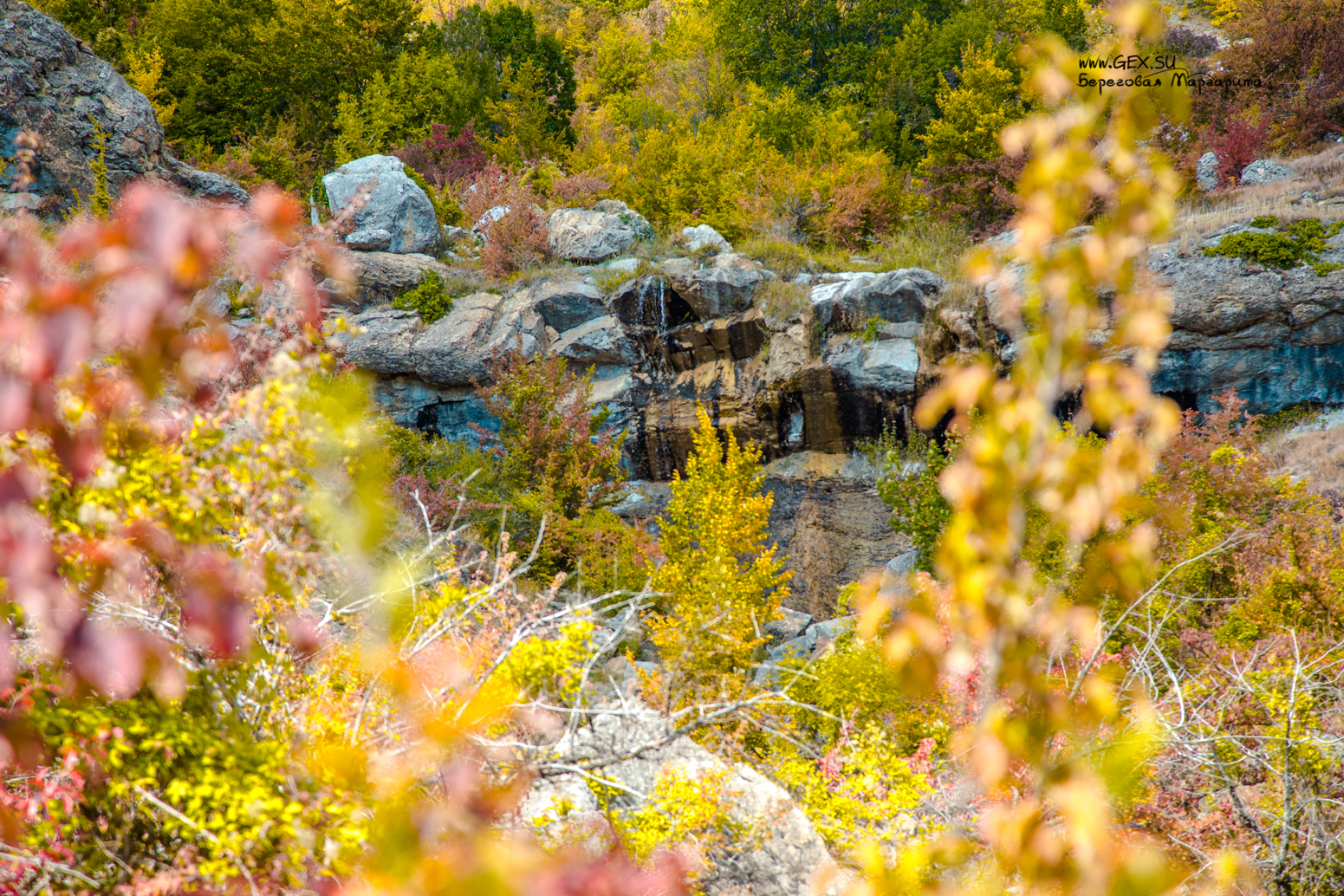 Арпатский водопад осенью