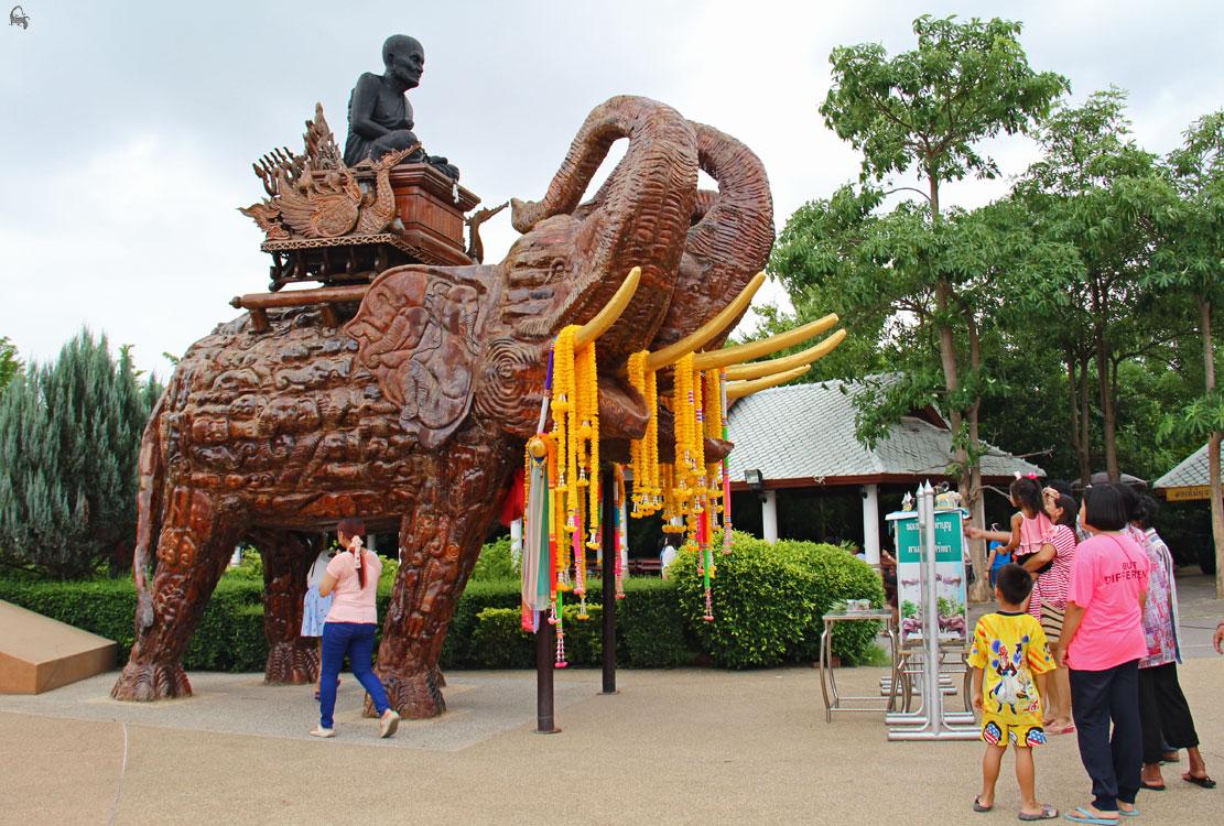 трёхглавый слон у статуи монгола