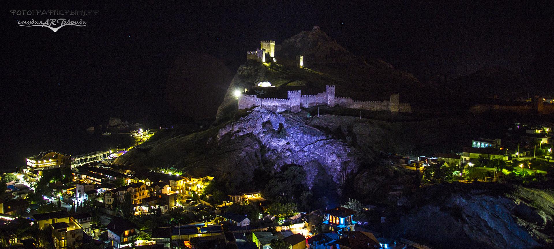 Генуэзская крепость ночью
