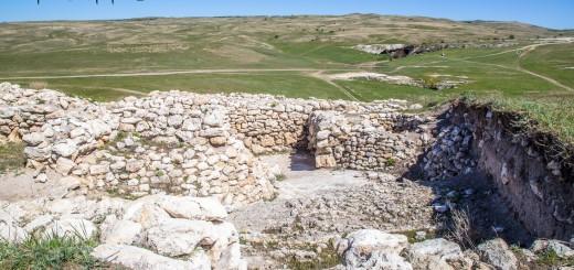 Раскопки древнего поселения у Белой скалы