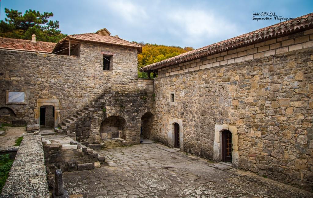 дворик перед храмом в монастыре Сурб Хач