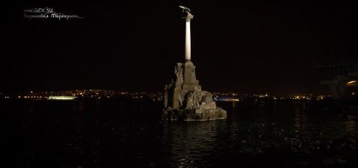 Памятник затопленным кораблям ночью