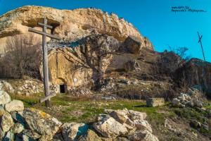 Древняя церковь у подножья скалы Бор-Кая